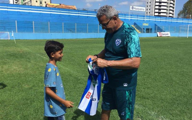 Imagem ilustrativa da notícia: Torcedor mirim recebe camisa do Paysandu após foto com Hélio dos Anjos