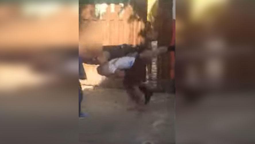 Suspeito que estava imobilizado conseguiu derrubar o policial. Ele fugiu, mas foi recapturado.