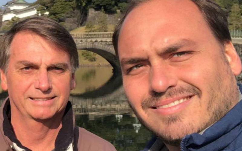 """Carlos Bolsonaro está sendo investigado pela suspeita do uso de funcionários fantasmas em seu gabinete e da prática de """"rachadinha"""" -quando o servidor devolve parte do salário para o parlamentar."""