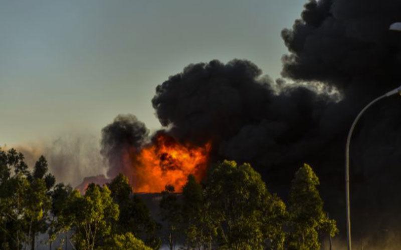 De longe é possível ver as chamas que tomam conta da refinaria com uma imensa 'cortina' de fumaça