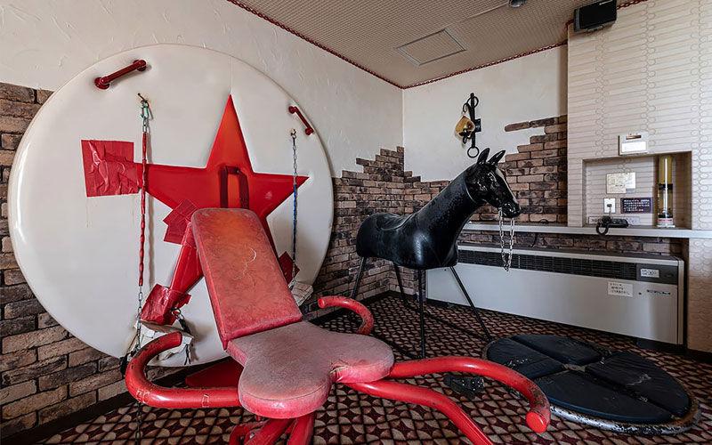 Imagem ilustrativa da notícia: Motel abandonado tinha carrossel, ringue e masmorras; veja vídeo e fotos