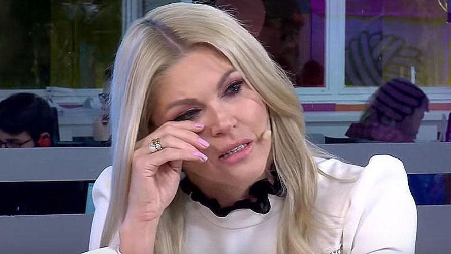 Atualmente trabalhando como apresentadora, Val chorou ao falar sobre a situação ao vivo
