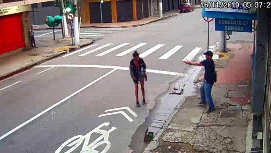 Vídeo flagra o momento em que o suspeito dispara contra a moradora de rua.