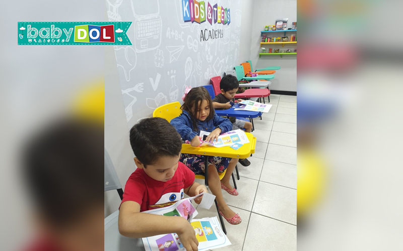 A criança desenvolve várias habilidades quando aprende um segundo idioma desde a primeira infância.