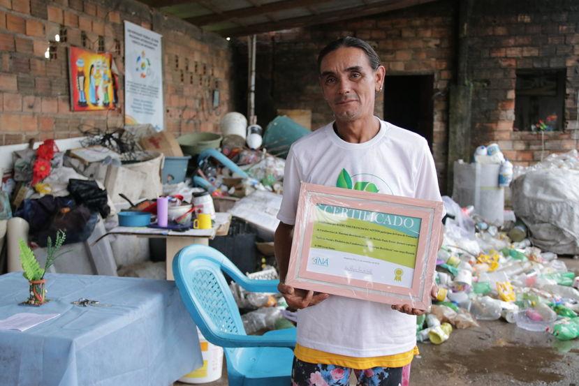 Raimundo Francisco, 41 anos, é um dos catadores que foi alfabetizado através do projeto do INÃ.