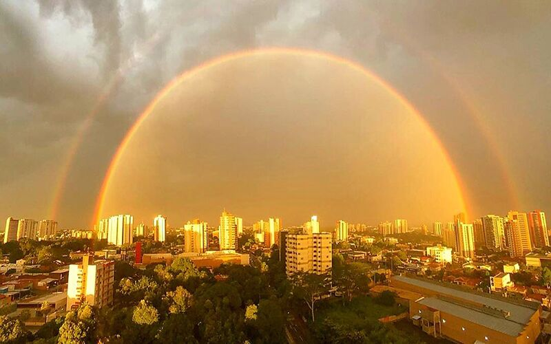 O arco-íris é um fenômeno que separa a luz do sol em seu espectro contínuo quando o sol brilha sobre gotas de chuva.
