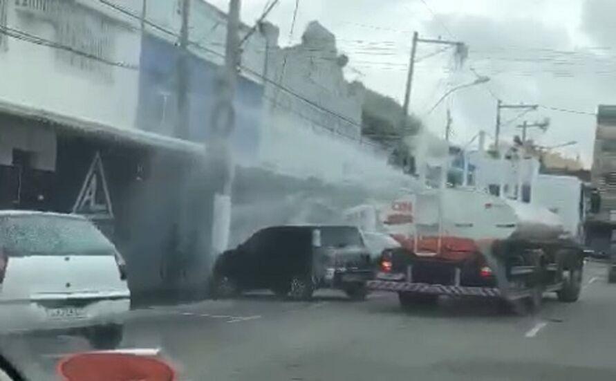 """Imagem ilustrativa da notícia: Carro pipa dá """"banho"""" de desinfetante em pedestres e veículos contra coronavírus; assista!"""