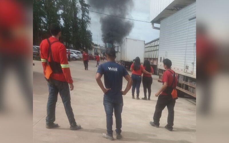 Corpo de Bombeiros foi acionado. Uma grande fumaça preta foi registrada no local.