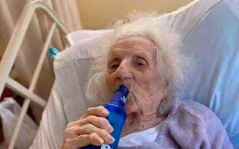 Imagem ilustrativa da notícia: Mulher de 103 anos bebe uma 'gelada' para comemorar cura