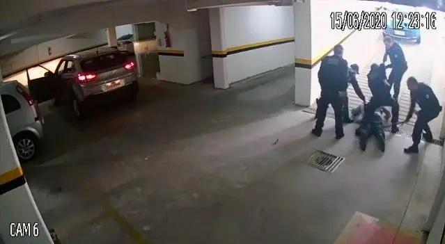 Nas imagens da ação que durou menos de quatro minutos, é possível ver a conduta dos agentes.