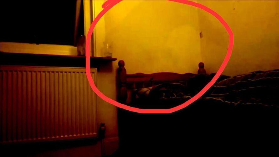 Uma sombra aparece na parede como se estivesse enforcando o rapaz.