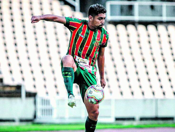 O lateral-direito Everton Silva é um dos que devem se apresentar no Baenão para a retomada