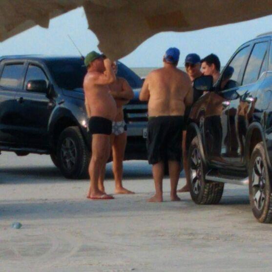 Imagem ilustrativa da notícia: Zenaldo é flagrado em praia sem manter distanciamento e sem usar máscara