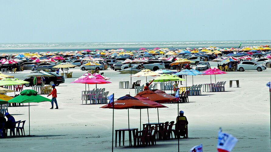 Nem o coronavírus conseguiu afastar os visitantes da praia do Atalaia
