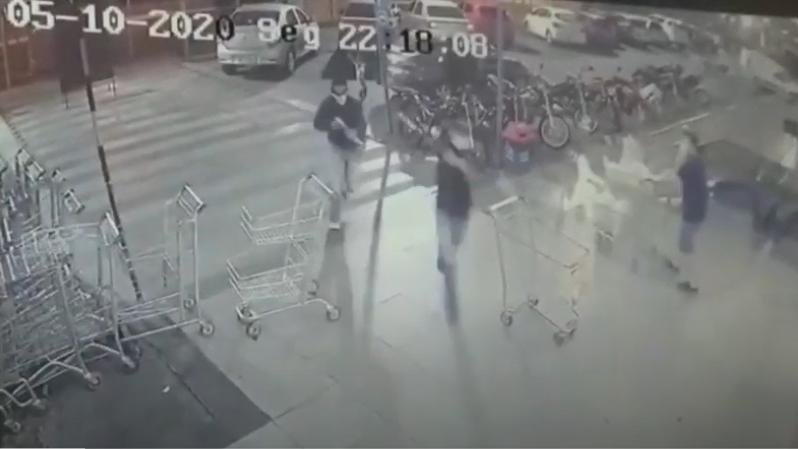 Imagens de câmeras de segurança do supermercado registraram o momento da chegada dos bandidos.