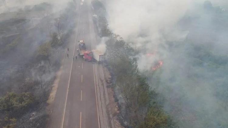Segundo o Corpo de Bombeiros, o incêndio começou na noite de sexta-feira (25), próximo à ponte do Rio Paraguai.