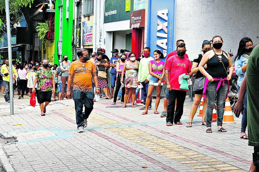 A movimentação era grande ontem na Caixa da esquina das avenidas José Malcher com José Bonifácio