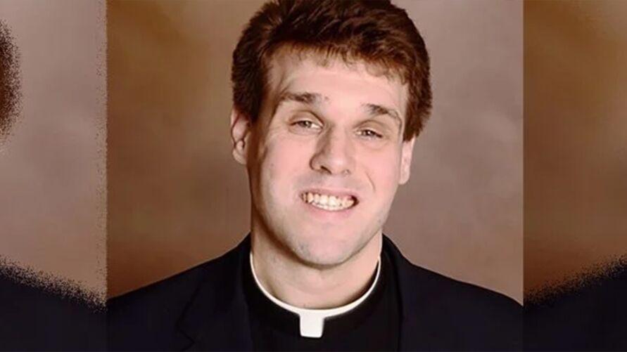 O padre Travis Clark foi denunciado por um paroquiano.