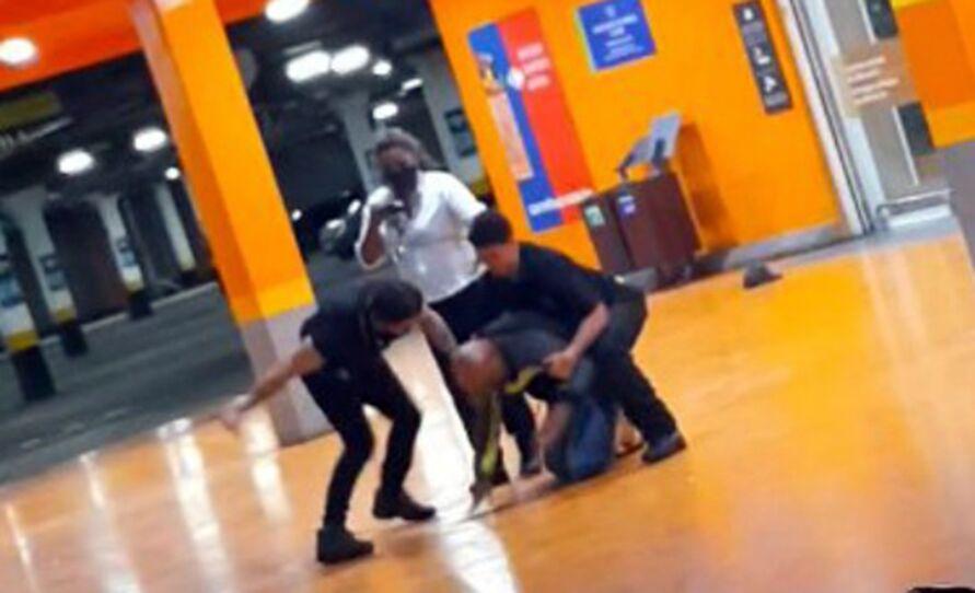 Imagem ilustrativa da notícia: Imagens fortes! Homem negro é assassinado por seguranças brancos em supermercado