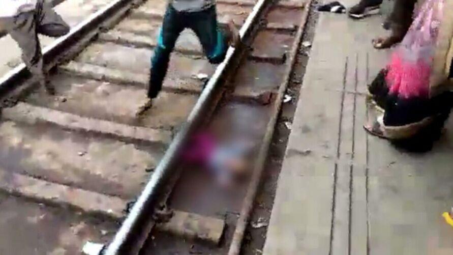 Imagem ilustrativa da notícia: Bebê escapa da morte após cair em trilho e trem passar por cima