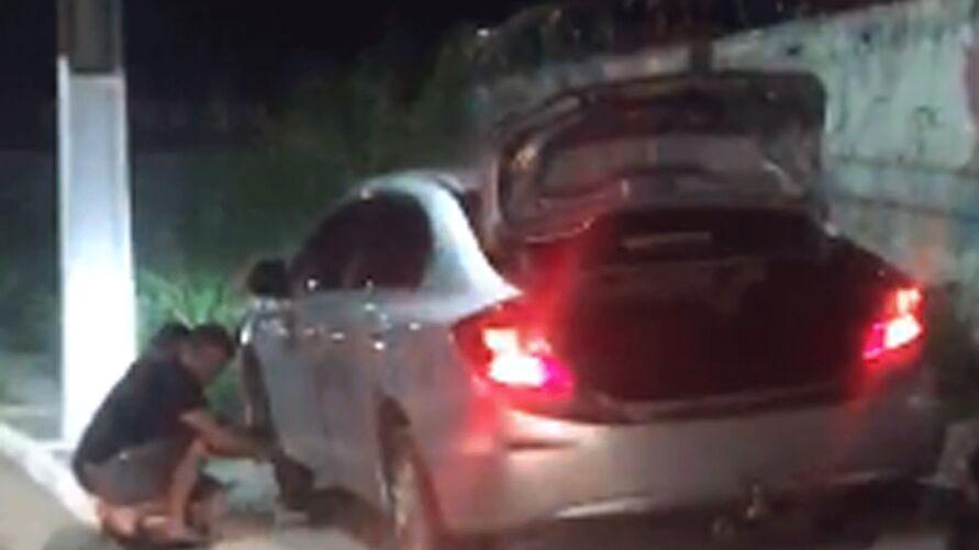 Imagem ilustrativa da notícia: Cratera na avenida Centenário provoca prejuízo a diversos carros. Veja o vídeo