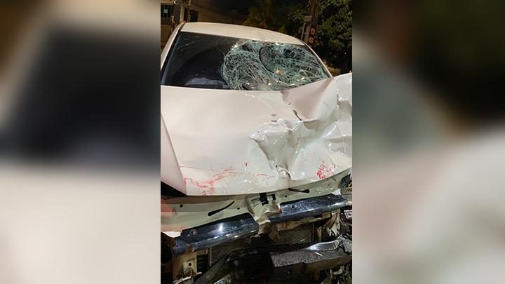Com o impacto da batida o veículo ficou com a dianteira destruída