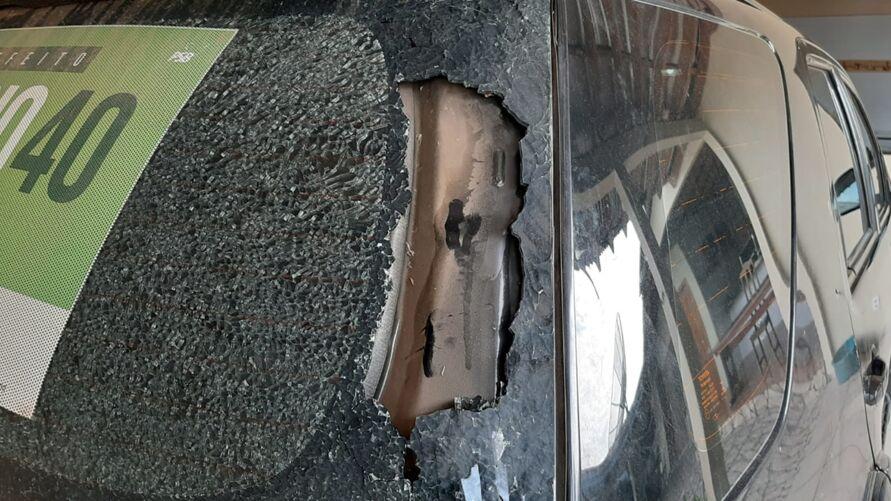 O carro que estava na garagem foi atingido no vidro traseiro.