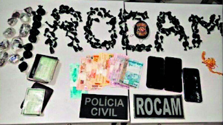 Dentro do imóvel, os policiais encontraram maconha, cocaína, celulares e dinheiro