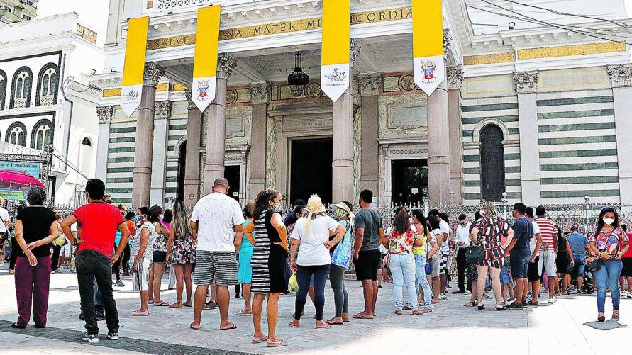 Do lado de fora da Basílica, fila para conseguir se aproximar da imagem original de Nossa Senhora