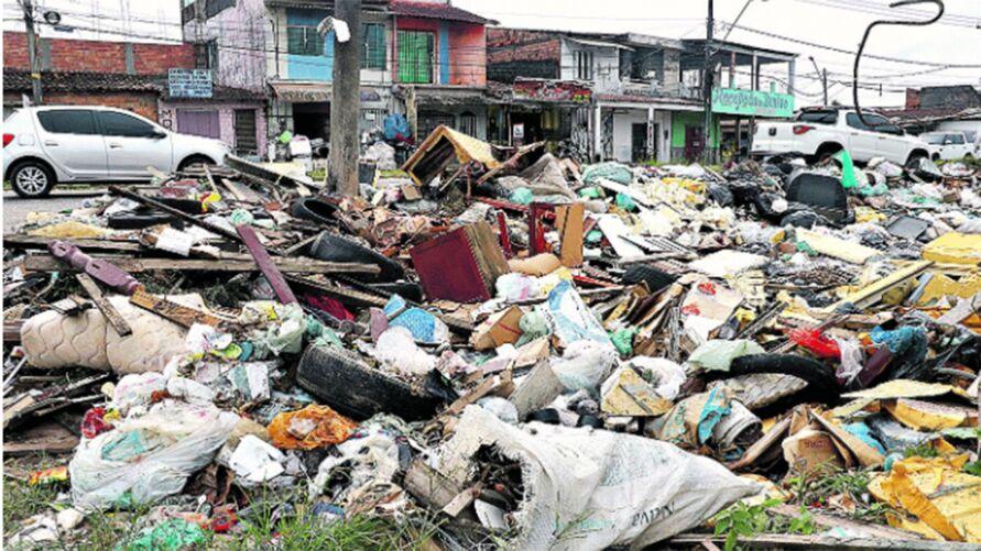 Sacolas, carcaças de eletrodomésticos, móveis e até animais mortos estão acumulados em vários trechos da antiga rua da Yamada