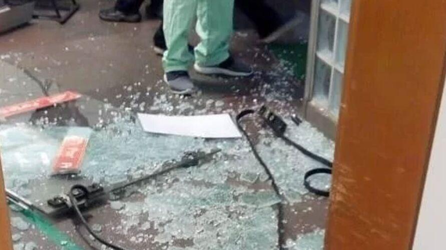 Vidraças foram quebradas durante o tiroteio.