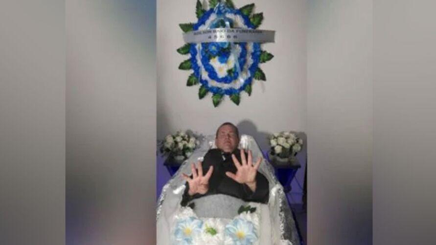 Imagem ilustrativa da notícia: Agente funerário faz campanha para vereador dentro de caixão