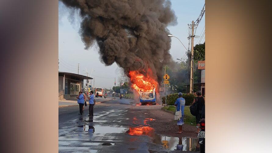 Imagem ilustrativa da notícia: Ônibus pega fogo na avenida Augusto Montenegro; veja o vídeo e acompanhe o trânsito