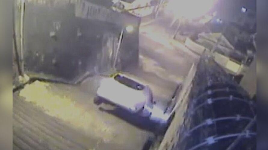 Imagem ilustrativa da notícia: Imagens fortes! Condutor erra caminho e carro despenca; veja vídeo!