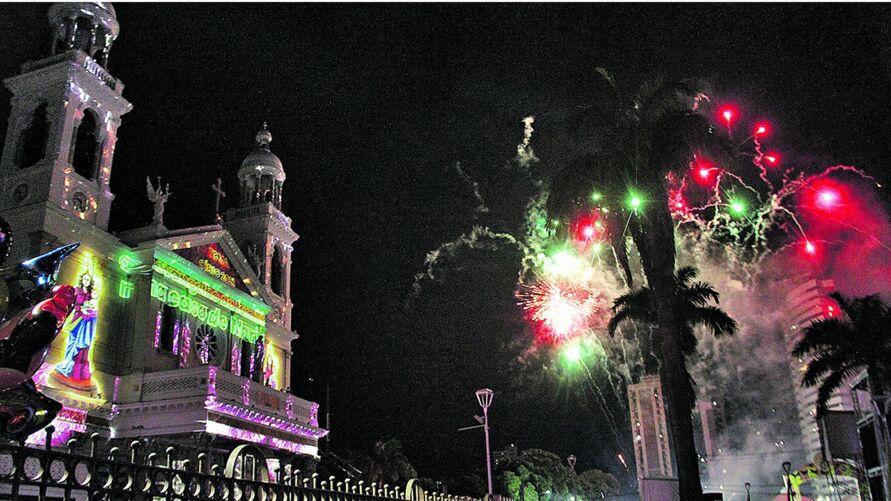 Do lado de fora da Basílica, fogos e projeções para encerrar festividade. Dentro, missa com restrições de devotos de Nossa Senhora de Nazaré