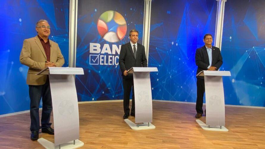 Edmilson Rodrigues (Psol) e Delegado Eguchi (Patriota) participam do debate mediado pelo jornalista Marcio Campos (no centro)
