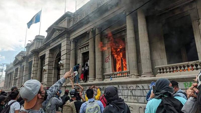 Imagem ilustrativa da notícia: Manifestantes pedem renúncia do presidente da Guatemala e incendeiam Congresso