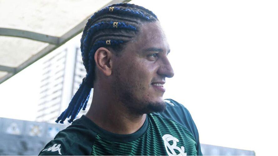 Felipe Gedoz de visual azulino no cabelo é um dos titulares no jogo de hoje