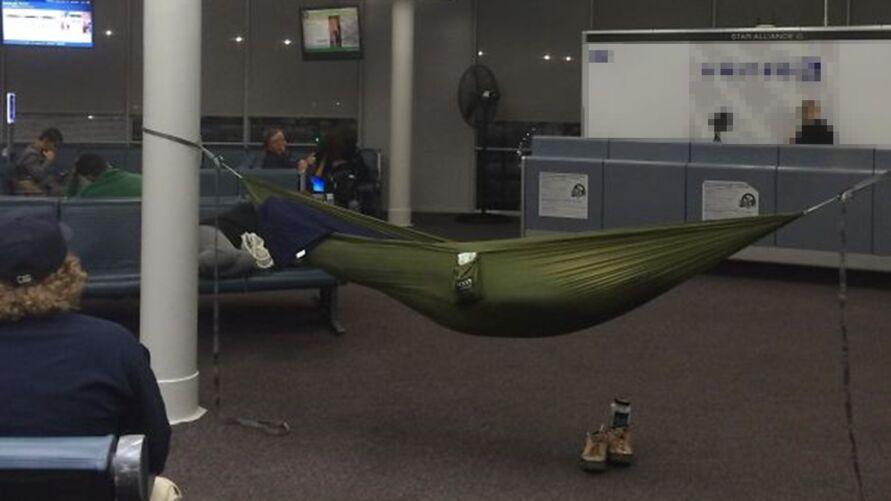 Imagem ilustrativa da notícia: Homem é preso após ir morar no aeroporto por 'medo da covid-19'