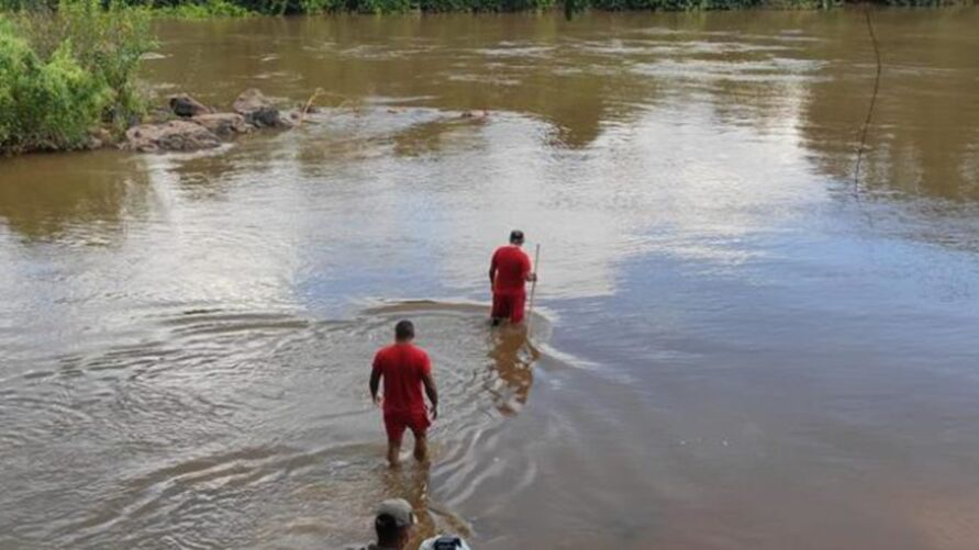 Bombeiros entraram no rio para retirar o corpo