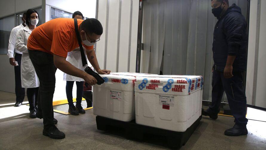 Doses estão sendo transportadas de São Paulo nesta segunda-feira