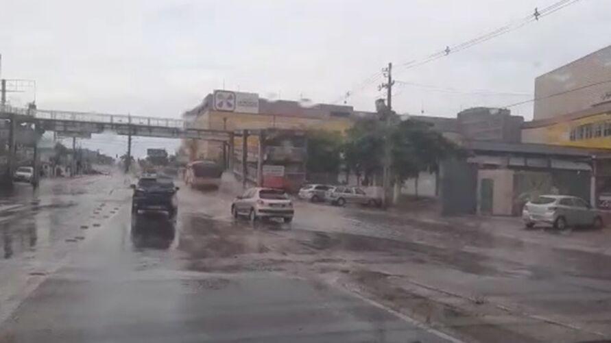 Imagem ilustrativa da notícia: Forte chuva deixa ruas alagadas e trânsito congestionado em Ananindeua