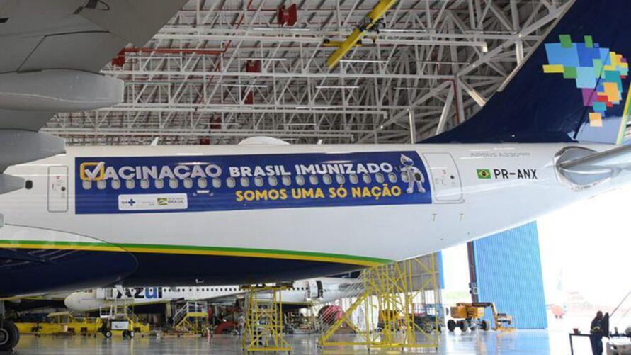 A empresa aérea Azul fará todo o transporte das vacinas ao Brasil.