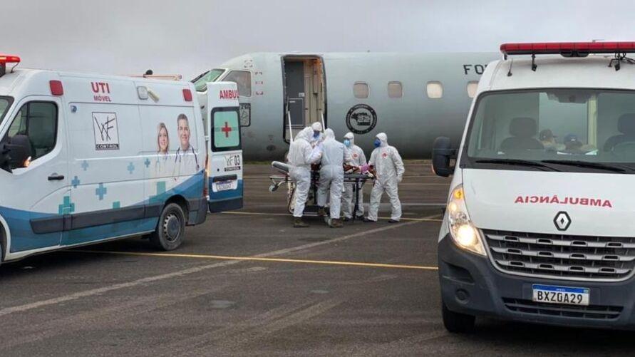 Avião da FAB transportando pacientes para outros estados