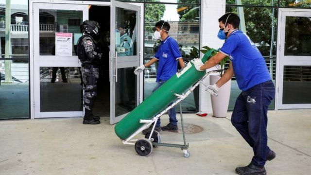 Tanque de oxigênio chega a hospital de Manaus; várias unidades de atendimento na capital do Amazonas estão com item em falta