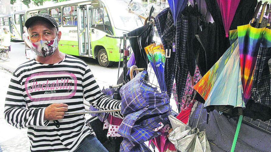 Mauro Mendes trabalha praticamente das 6h às 20h com venda de sombrinhas na esquina da Presidente Vargas com Manoel Barata
