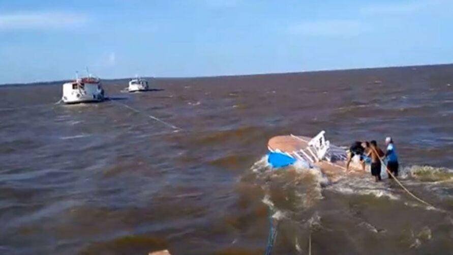Embarcação naufragou nas proximidades da Marina Iate Clube, no bairro do Jurunas, em Belém.