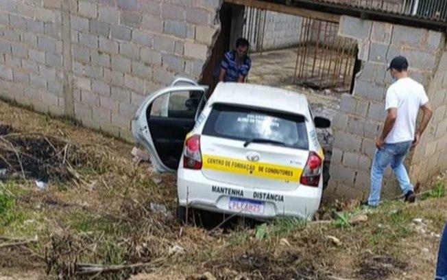 Imagem ilustrativa da notícia: Aluna de autoescola derruba muro durante exame para tirar CNH