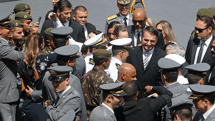 """Imagem ilustrativa da notícia: Quem decide sobre democracia ou ditadura """"são as Forças Armadas"""", diz Bolsonaro"""