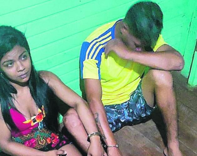 Jonas Sousa da Silva, 21 anos, Elaine Mayara dos Santos Nascimento, 24, e as drogas e demais objetos apreendidos pelos PMs